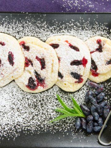 placuszki z jagodami na talerzu