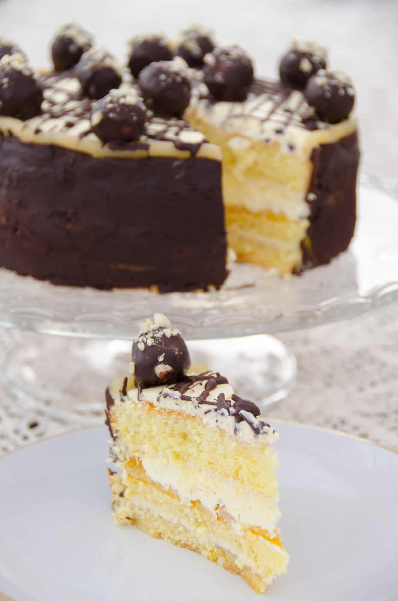 kawałek tortu marcepanowego  z polewą czekoladową  i kulkami z marcepanu