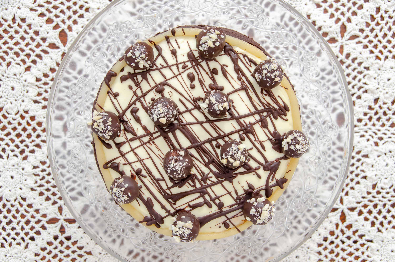 tort marcepanowy udekorowany czekolada i kulkami z marcepanu