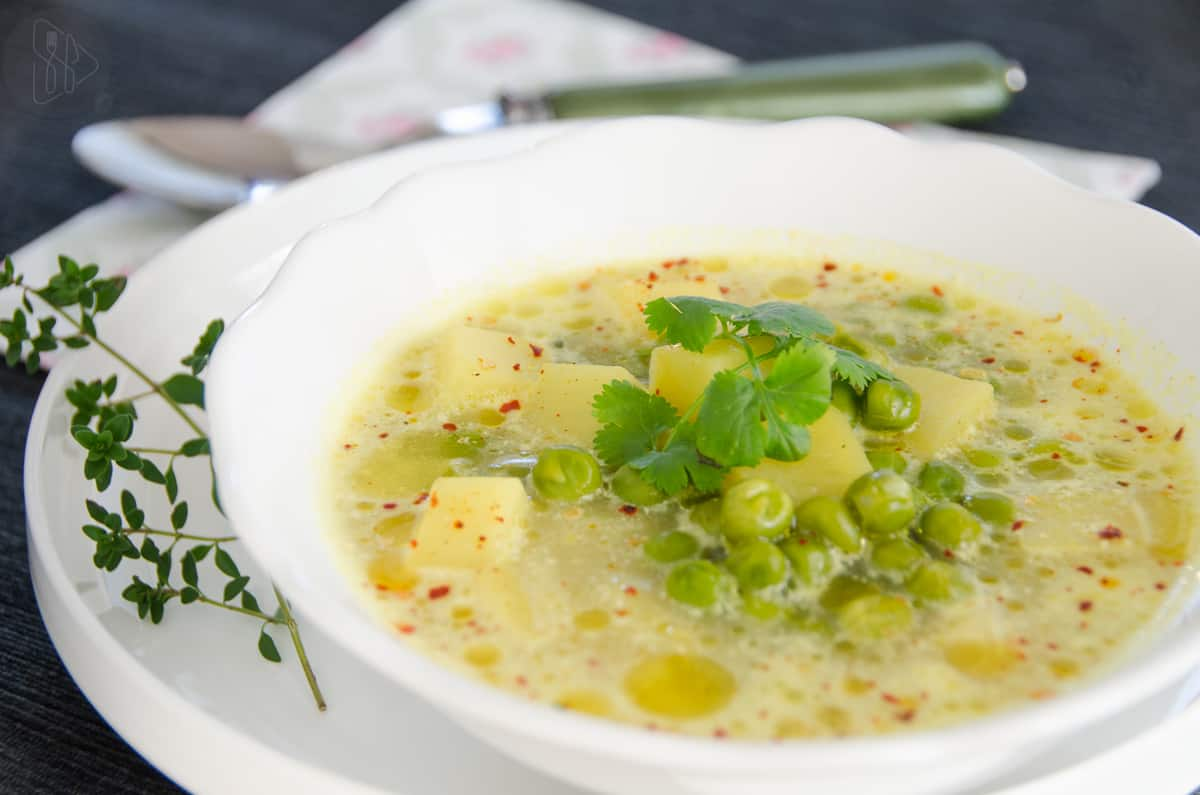 Zupa groszkowa na biały talerzu.