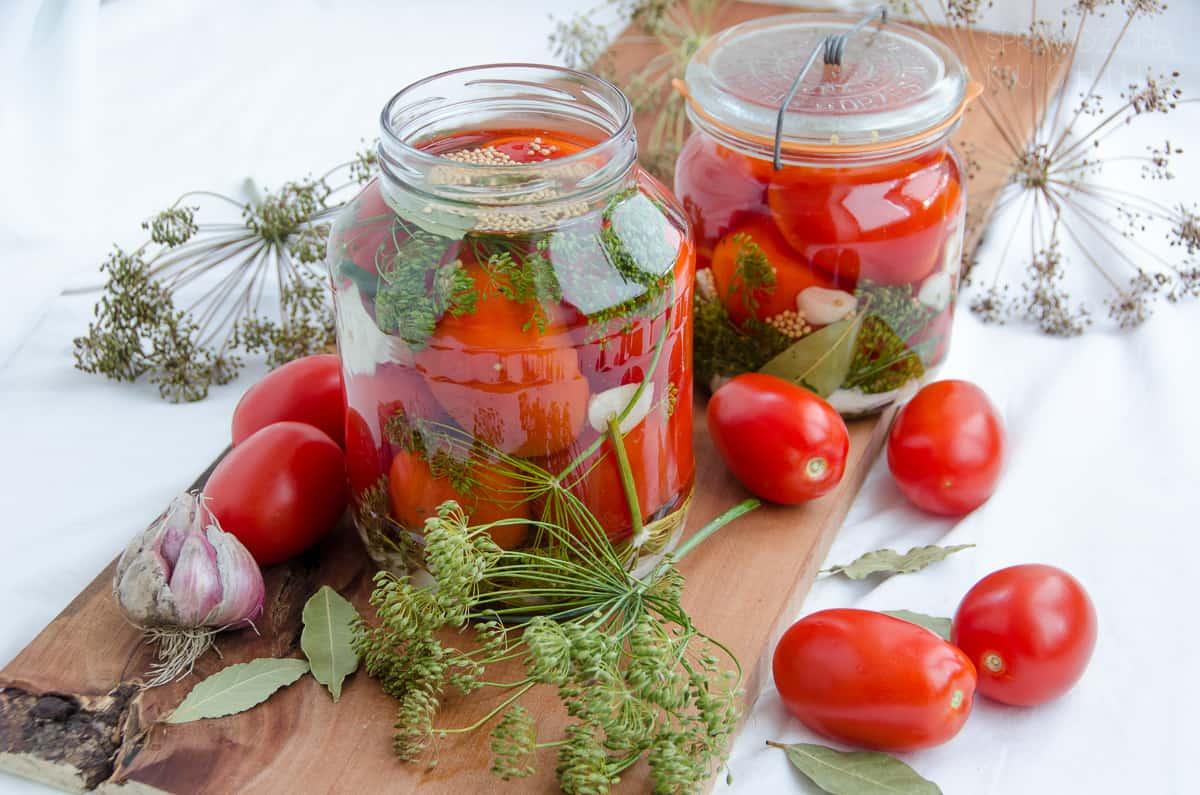kiszone pomidory w słoiku z przyprawami