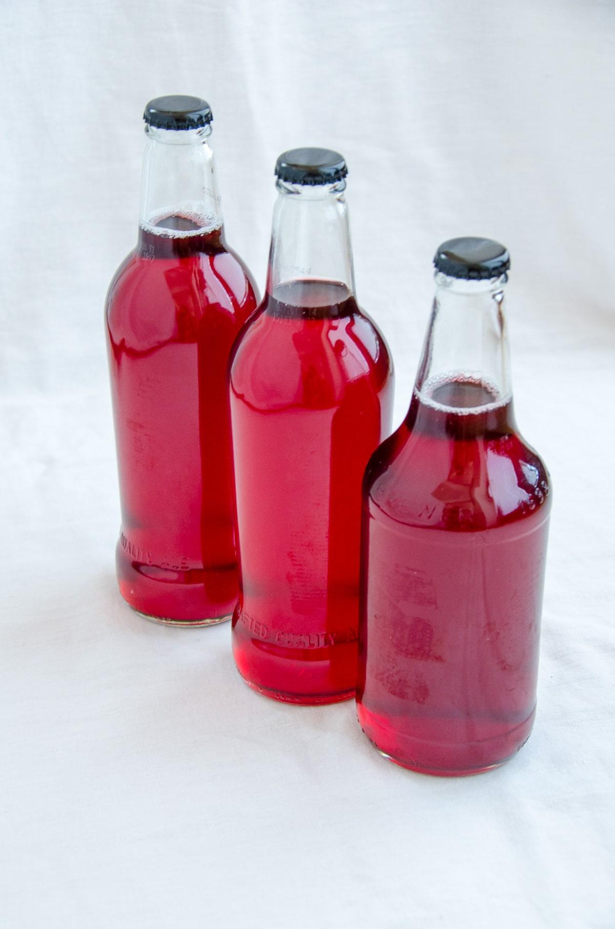sok z czerwonych porzeczek w butelkach