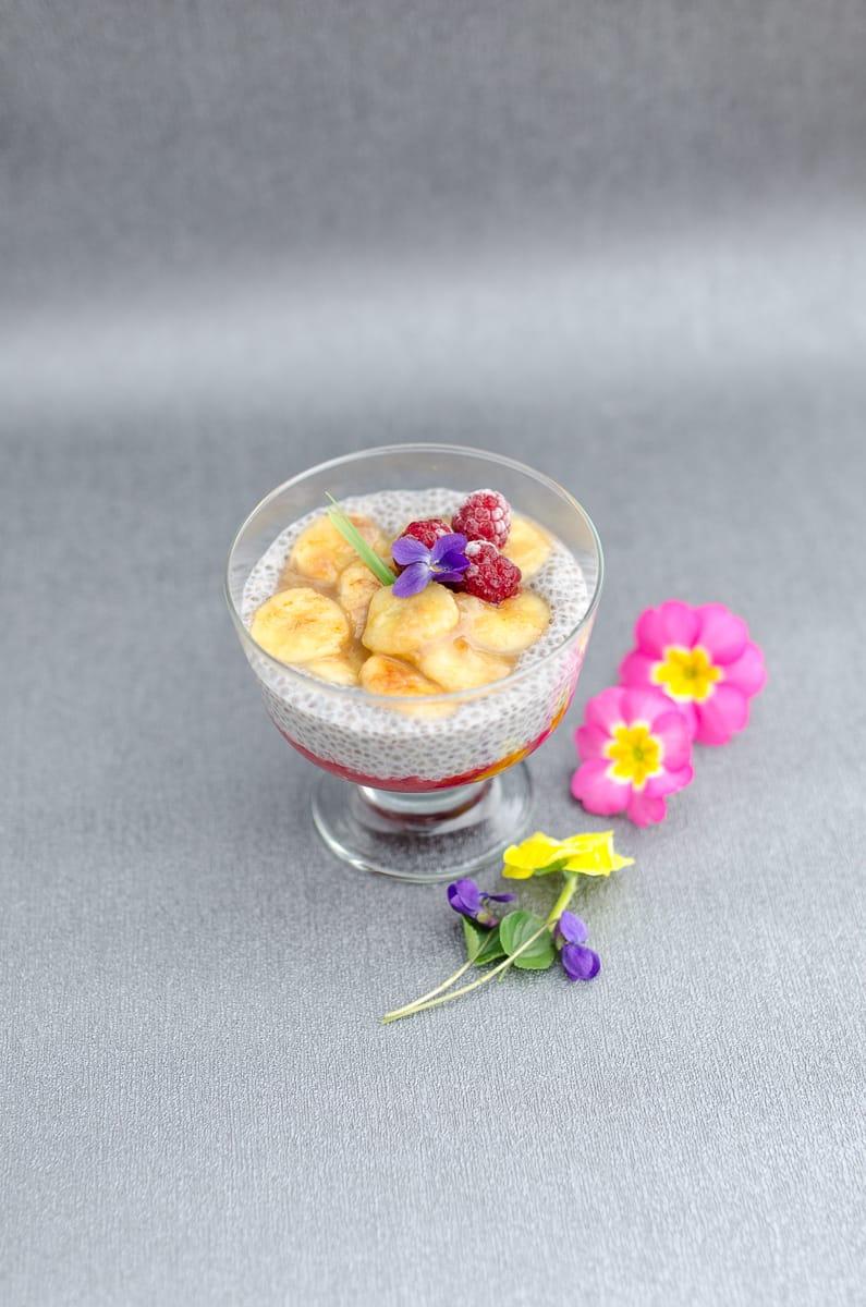 pudding chia w pucharku z owocami i musem malinowym