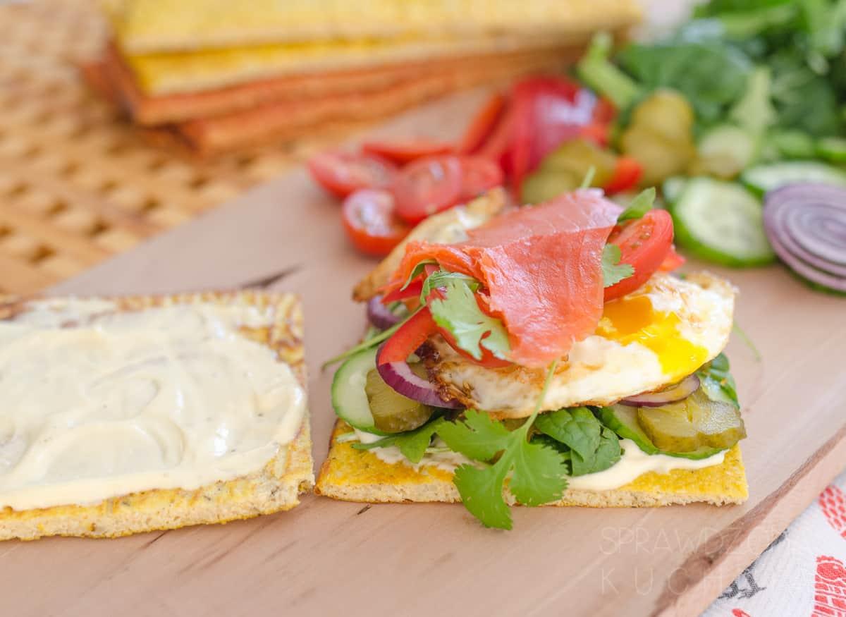 Chleb warzywny z jajkiem w koszulce i łososiem.