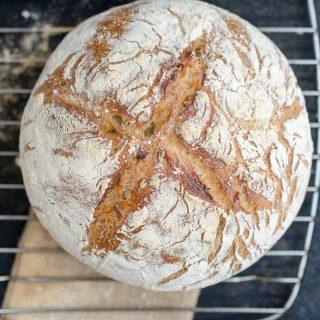 Chleb pszenny z czosnkiem niedźwiedzim