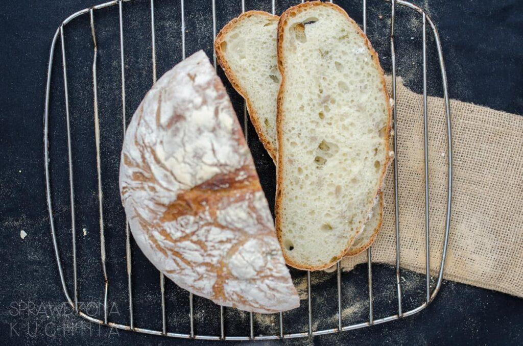 chleb pszenny z czosnkiem niedzwiedzim
