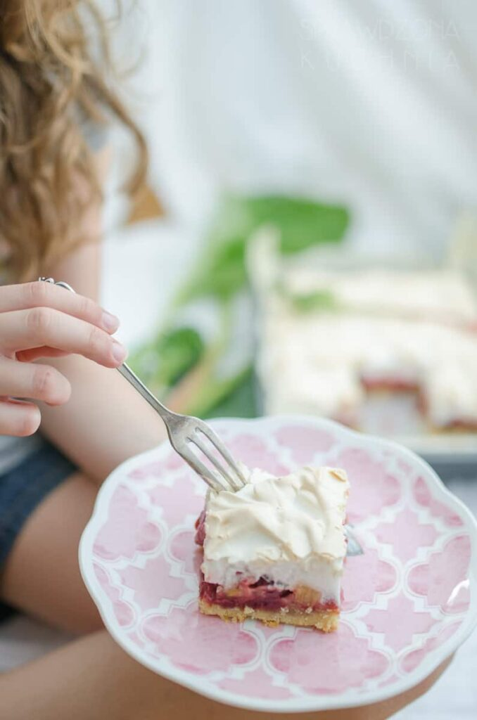 ciasto z beza i owocami