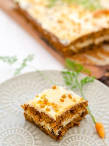 ciasto na talerzyku udekorowane maleńką marchewką