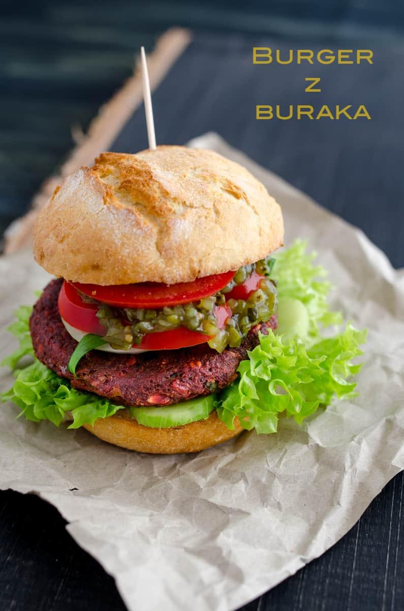 Piękny duży burger z buraka w domowej bułce z dodatkami.