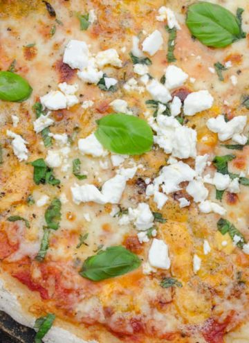 pizza serowa z ziolami