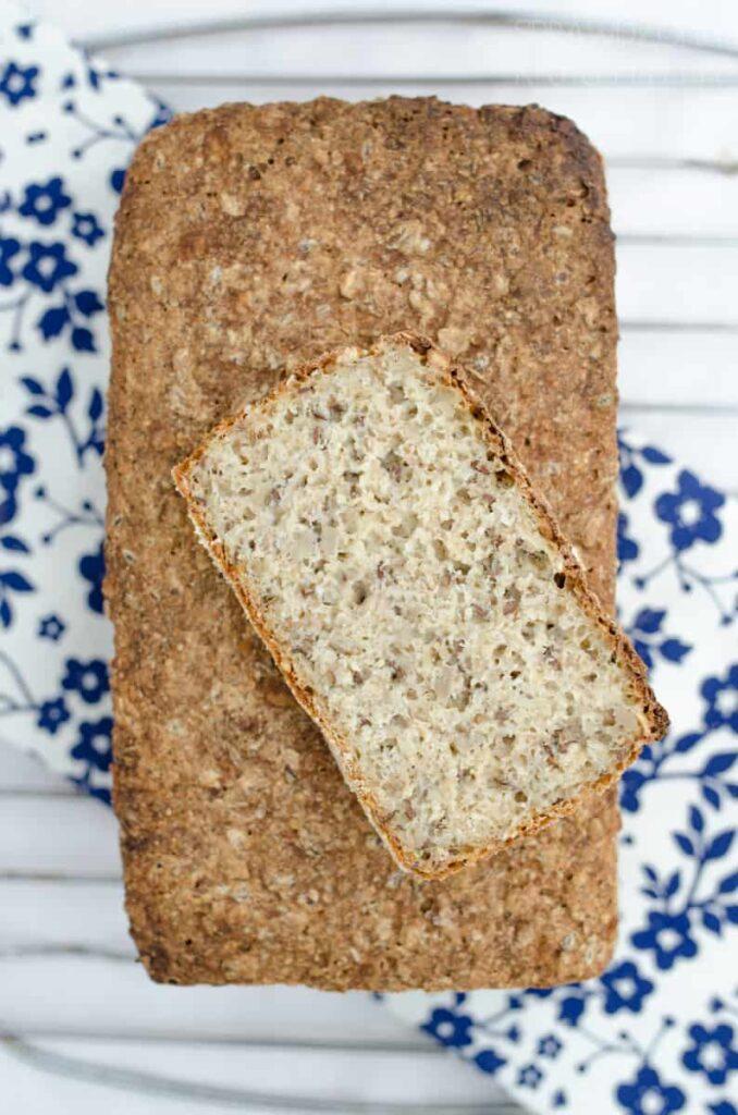 chleb z platkami i ziarnami