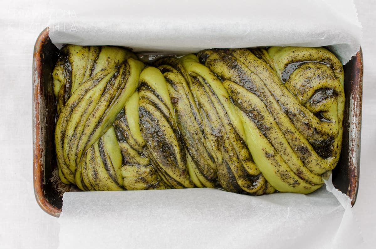Ciasto drożdżowe z dodatkiem herbaty matcha i pastą z czarnego sezamu, piękne zielone jeszcze surowe w keksówce.