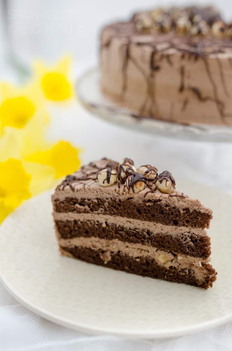 Trójkącik tortu czekoladowego z prażonymi orzechami.