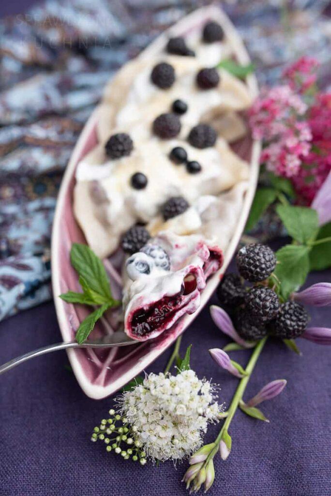 pierogi z jagodami i malinami