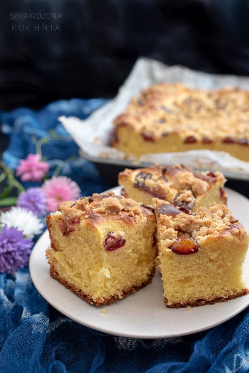 Puszyste ciasto drozdzowe z owocami