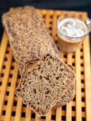 chleb z dodatkiem kawy kromka położona na bochenku