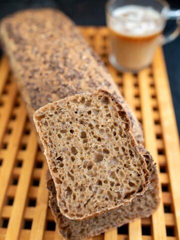 chleb z dodatkiem kawy ciemny z pięknym puszystym środkiem