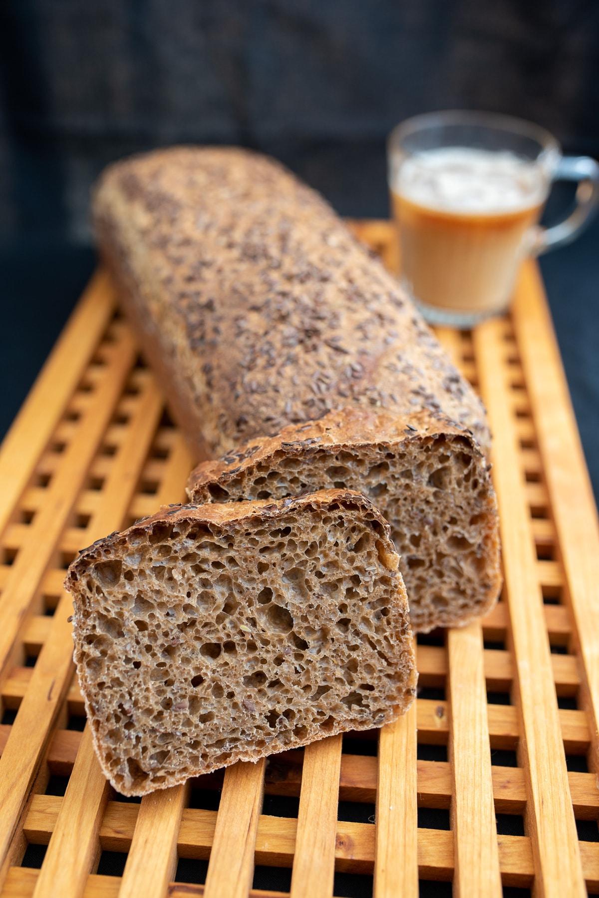 ciemny chleb pokrojony na kromki