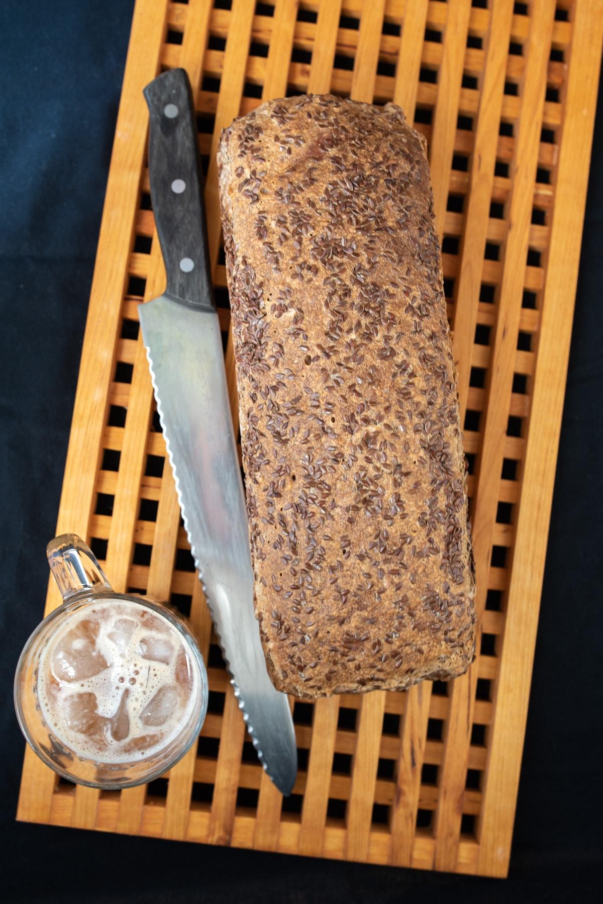 bochenek z ziarnami na wierzchu na desce do krojenia