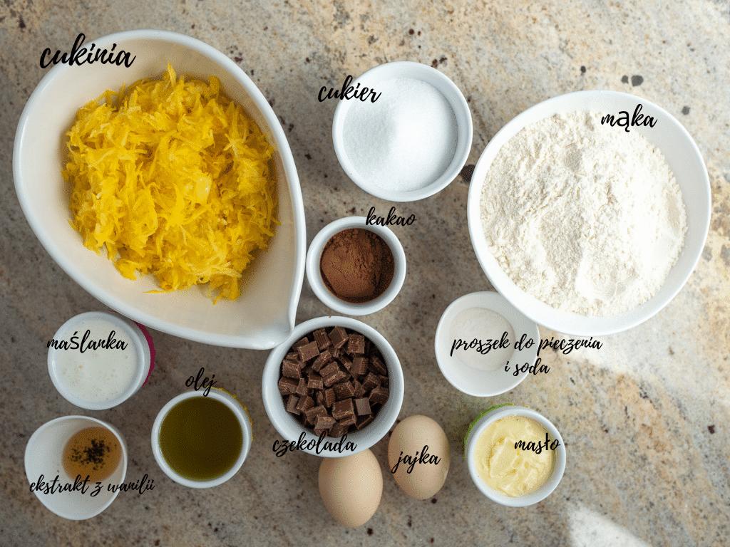 W miseczkach pokazane wszystkie składniki na brownie z cukinii
