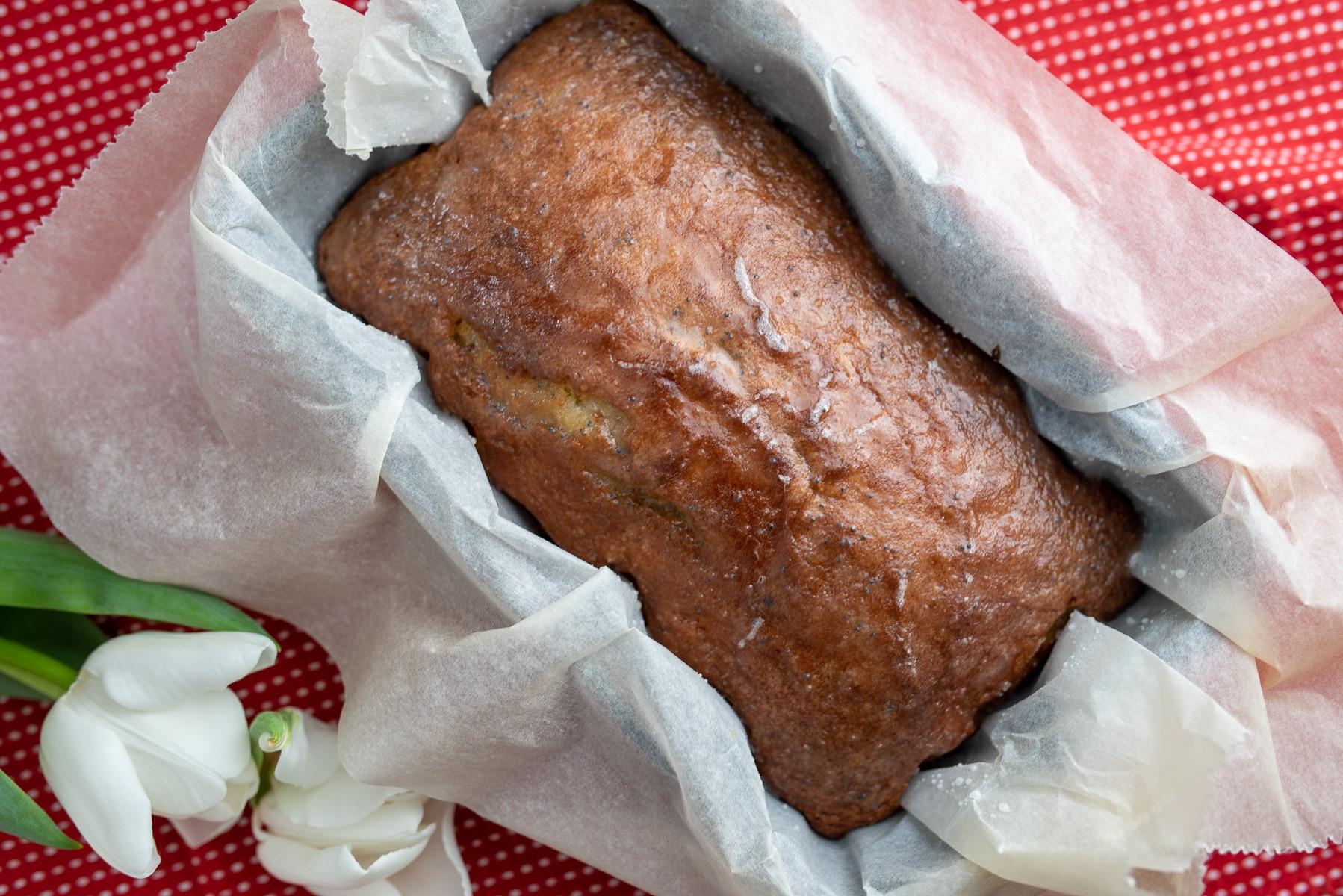 Ciasto cytrynowe widziane z góry w keksówce