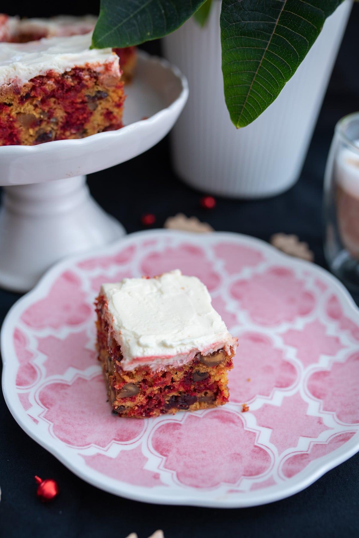 Kawałek ciasta z widocznymi orzechami i cząstkami buraka.