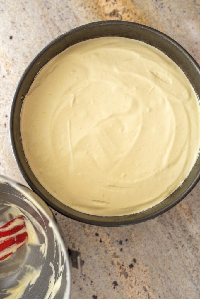 masa biszkoptowa w formie przygotowana do wstawienia do piekarnika