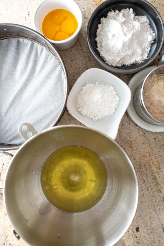 widok z góry na miseczki ze składnikami na biszkopt idealny do tortu