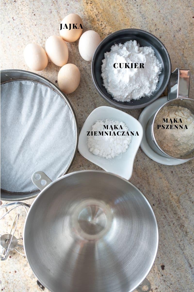 w miseczkach pokazane składniki na biszkopt idealny