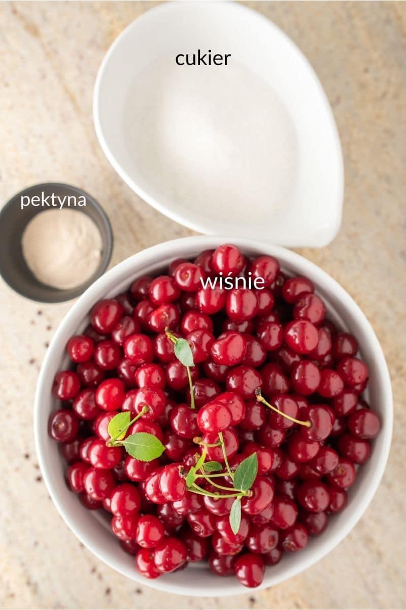 składniki na dżem z wiśni w miskach wiśnie, cukier i pektyna