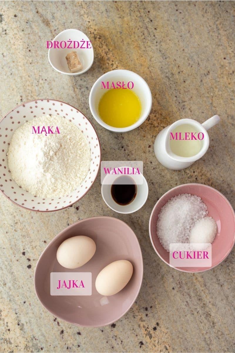 składniki na gofry odmierzone w miseczkach