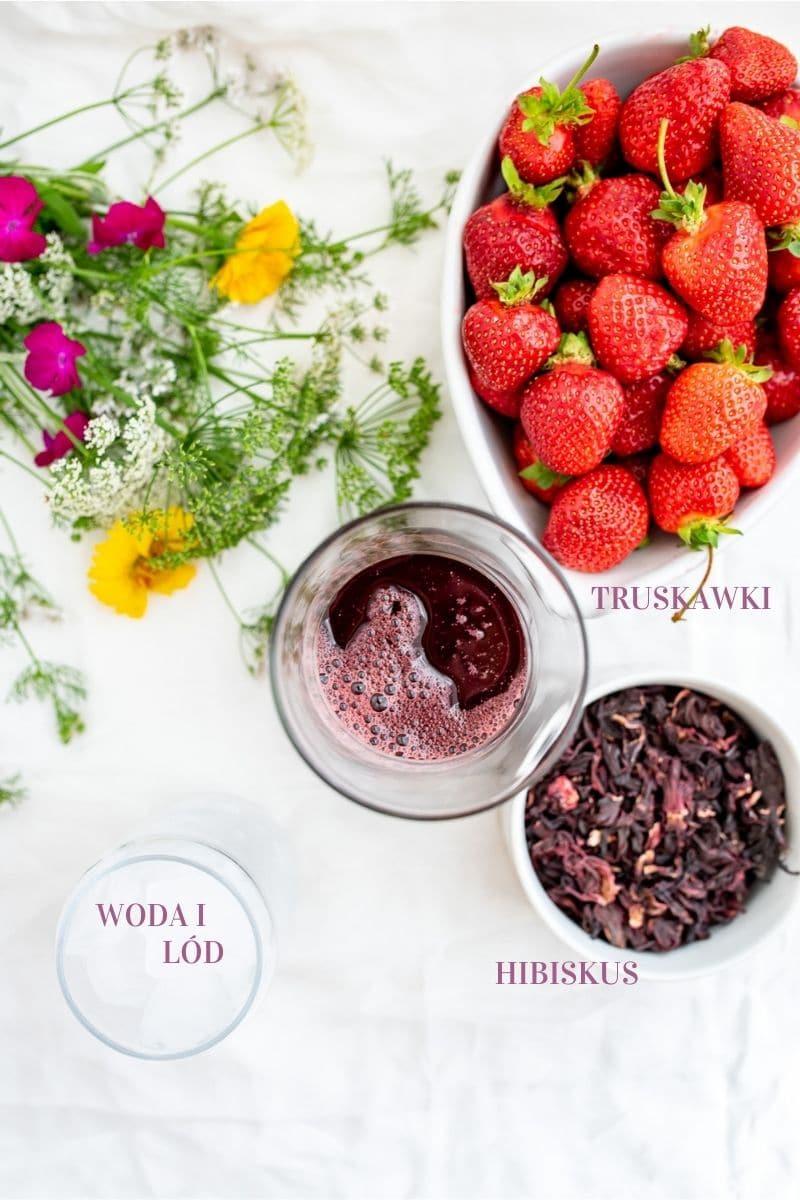 zdjęcie ze składnikami, hibiskus, truskawki, lód w tle kwiaty