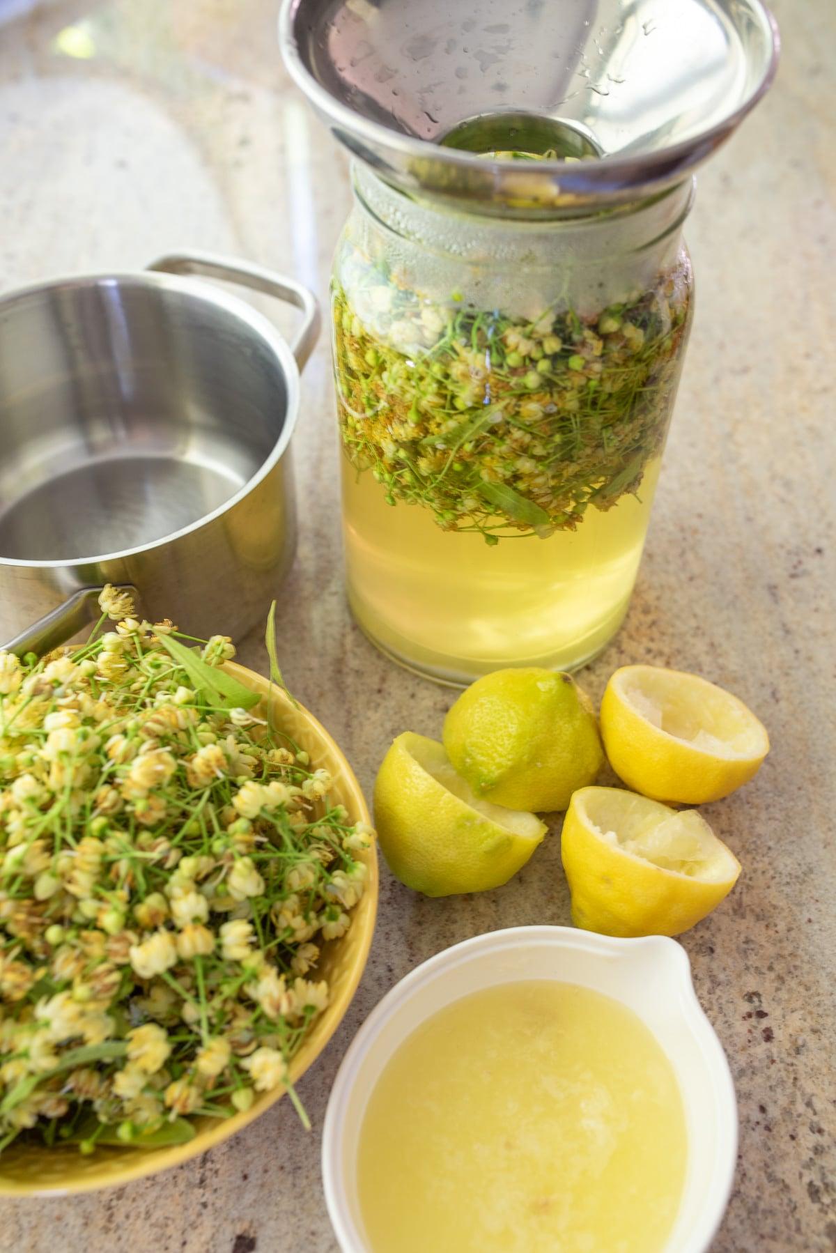 składniki na syrop z lipy na blacie kuchennym